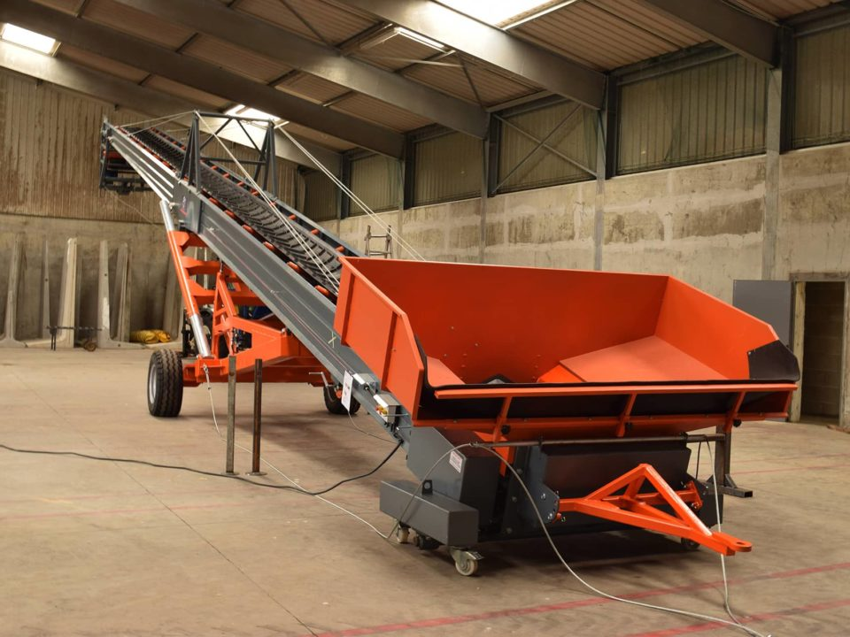 Cereal conveyor with wide hopper