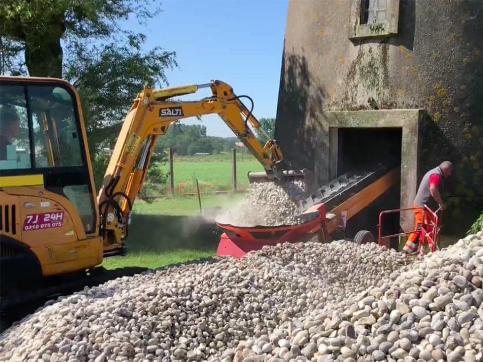 building-site-conveyor-handling-rubbles