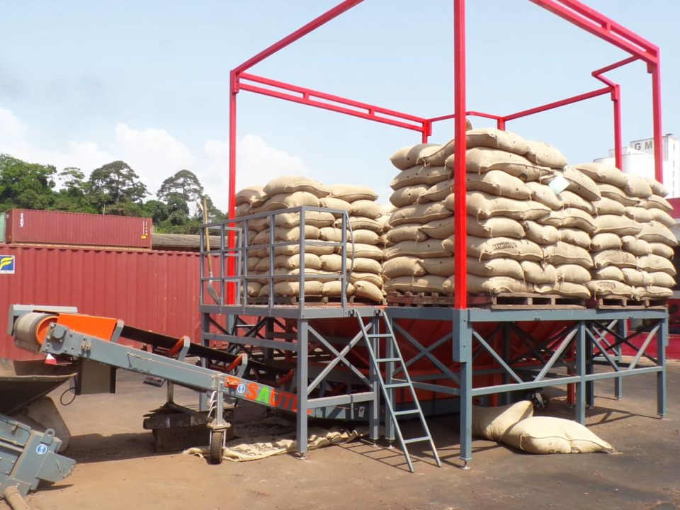 platform-for-depositing-pallets and-cutting-bags-on-conveyor