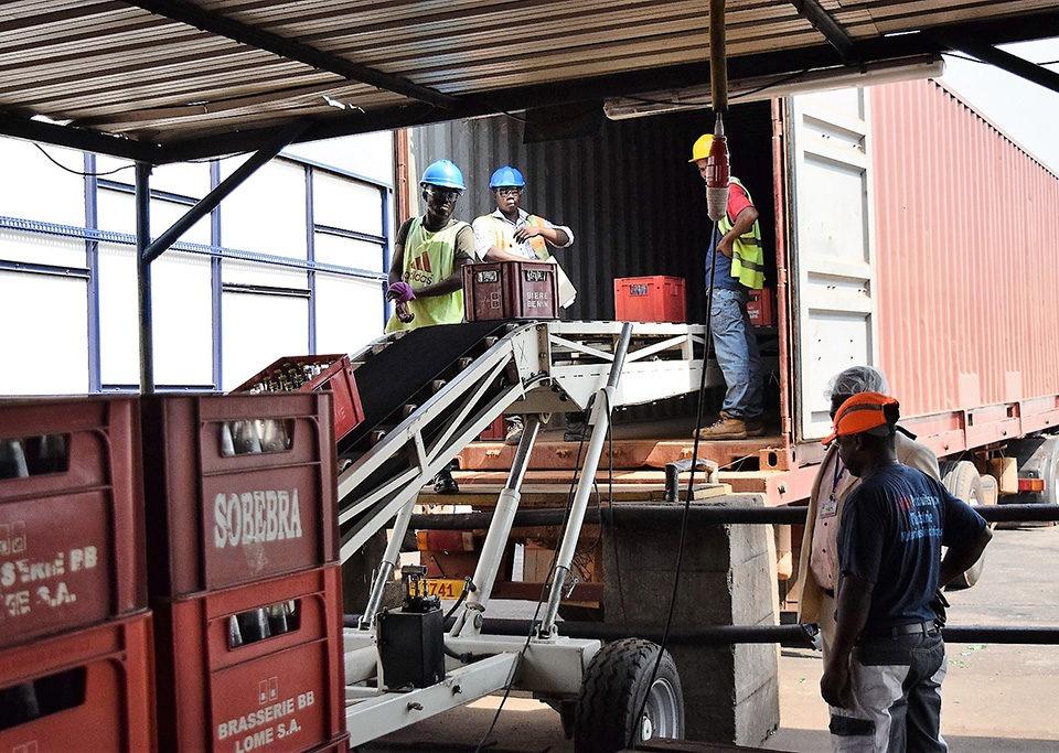 Loading trucks with a loading belt conveyor